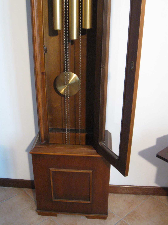 Antico orologio a pendolo da pavimento